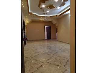 للاجا شقة في الطابق الثاني مكونة من ٣ غرف نوم و ٣ حمامات و هول كبير